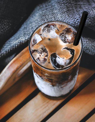 Café frappé avec une paille MyPaï noire, paille biodégradable, compostable et recyclable