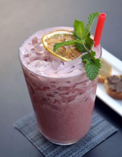 Cocktail avec une paille rouge comestible et ecologique MyPaï