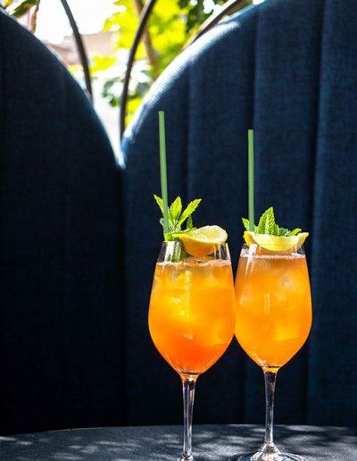 Cocktail Spritz avec des pailles MyPaï vertes. Des pailles biodégradables, écologiques et compostables.
