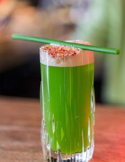 Cocktail avec une paille verte biodegradable home-compostcomestible et ecologique MyPaï